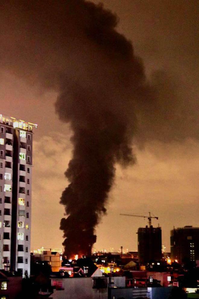TP.HCM: Cháy dữ dội tại KCN Tân Bình, cột khói đen ngòm bốc cao hàng trăm mét - 6