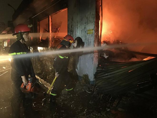 TP.HCM: Cháy dữ dội tại KCN Tân Bình, cột khói đen ngòm bốc cao hàng trăm mét - 4