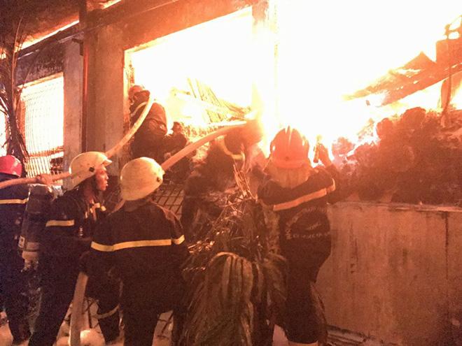 TP.HCM: Cháy dữ dội tại KCN Tân Bình, cột khói đen ngòm bốc cao hàng trăm mét - 5