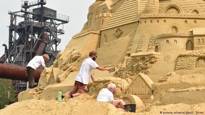 """Du khách đổ xô check-in lâu đài cát """"khủng"""" phá vỡ kỷ lục thế giới - 2"""