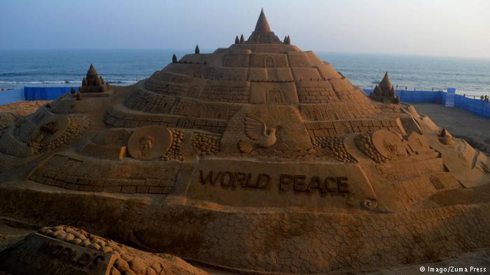 """Du khách đổ xô check-in lâu đài cát """"khủng"""" phá vỡ kỷ lục thế giới - 3"""