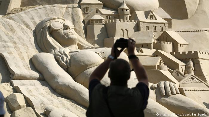 """Du khách đổ xô check-in lâu đài cát """"khủng"""" phá vỡ kỷ lục thế giới - 6"""