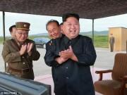 Thế giới - Kim Jong-un vỗ tay xem bắn tên lửa bay xa chưa từng thấy