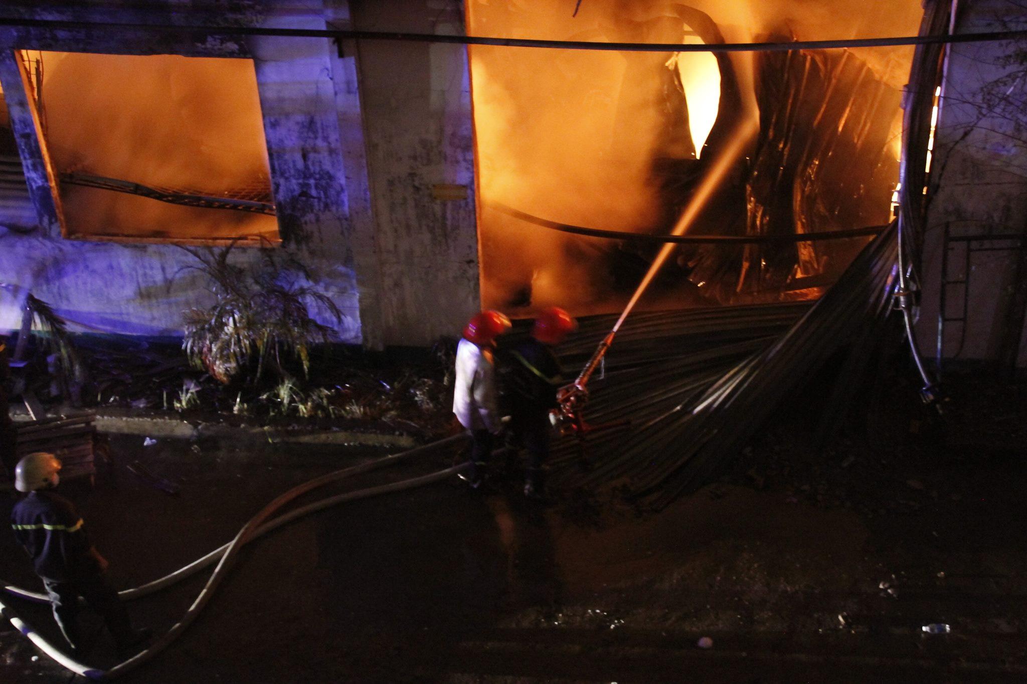 """Ảnh: Cả trăm cảnh sát vật lộn với """"giặc lửa"""" tại KCN Tân Bình - 4"""
