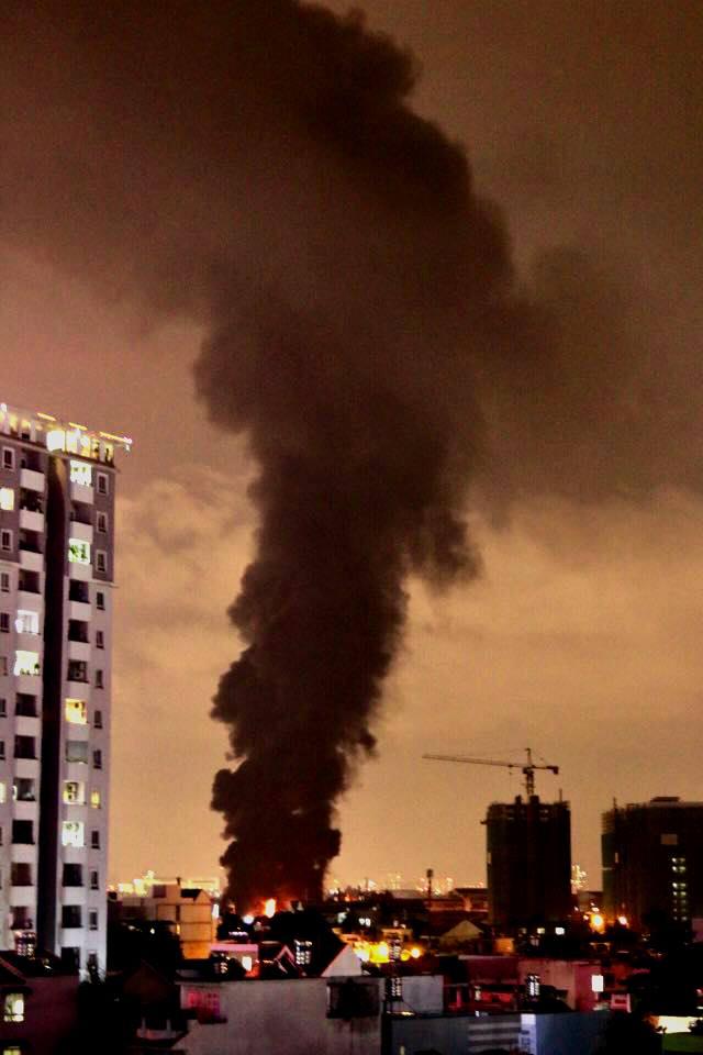 """Ảnh: Cả trăm cảnh sát vật lộn với """"giặc lửa"""" tại KCN Tân Bình - 1"""