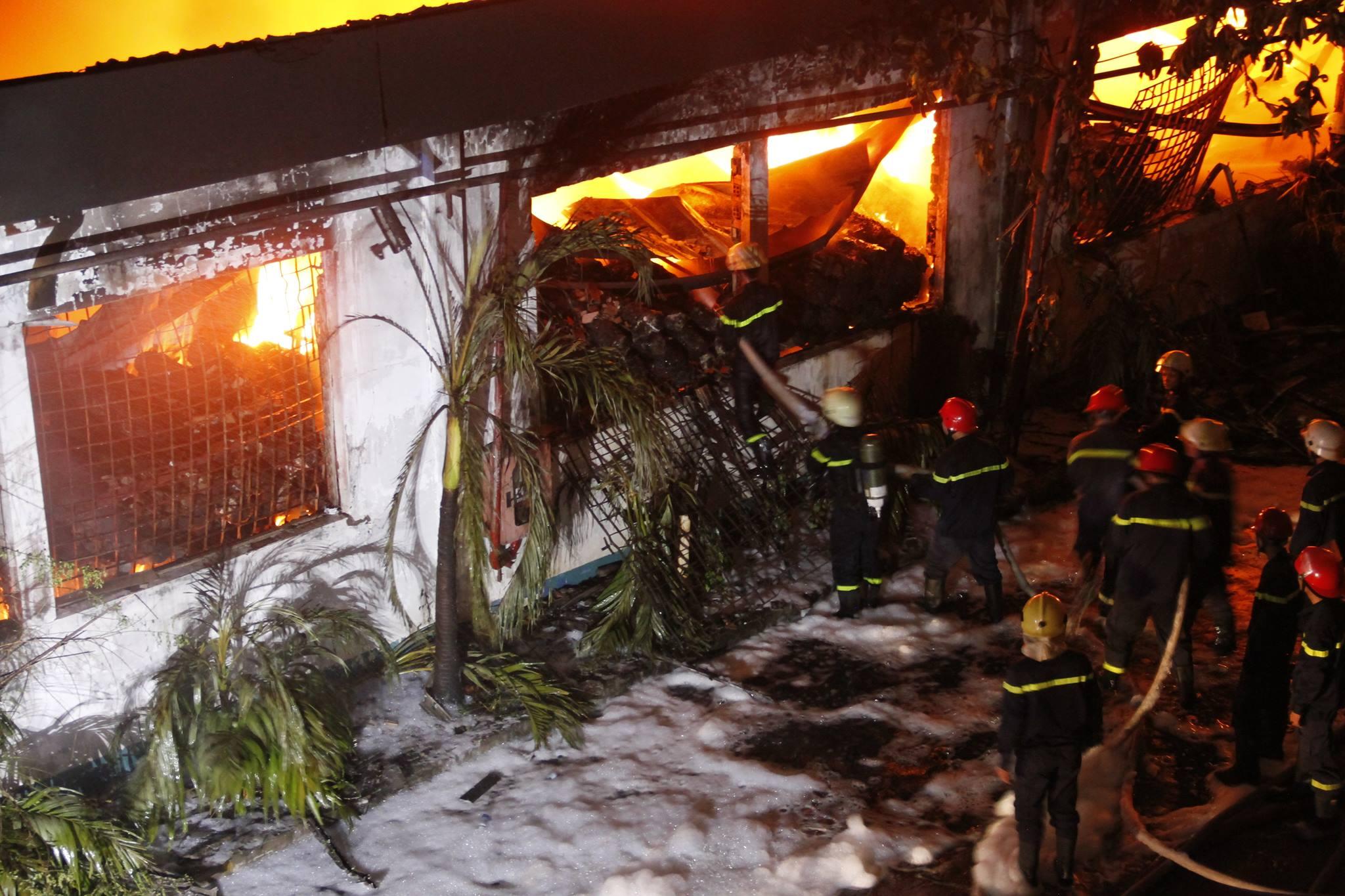 """Ảnh: Cả trăm cảnh sát vật lộn với """"giặc lửa"""" tại KCN Tân Bình - 3"""