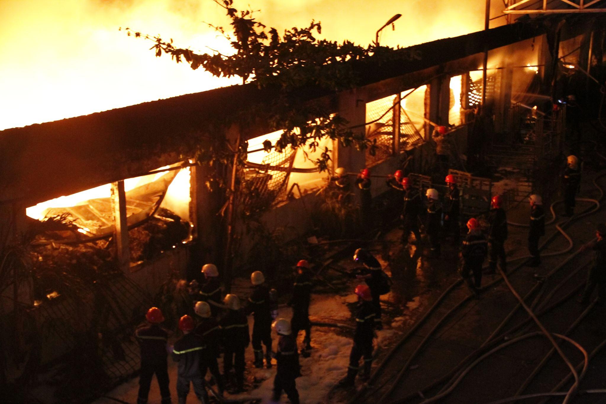 """Ảnh: Cả trăm cảnh sát vật lộn với """"giặc lửa"""" tại KCN Tân Bình - 10"""