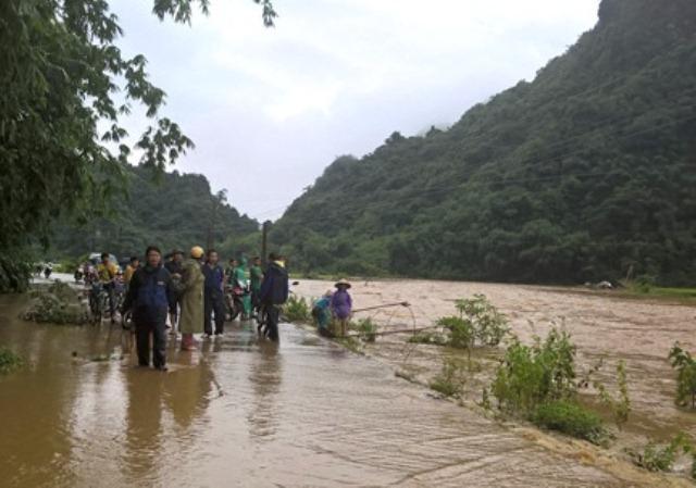 Vẫn còn nhiều nơi ở Thanh Hóa bị cô lập sau bão - 2