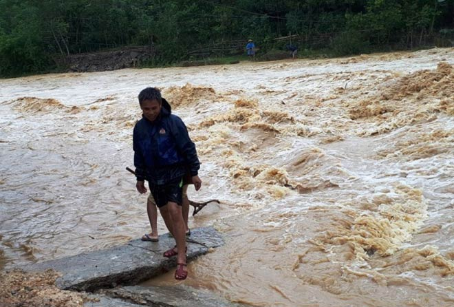 Vẫn còn nhiều nơi ở Thanh Hóa bị cô lập sau bão - 1