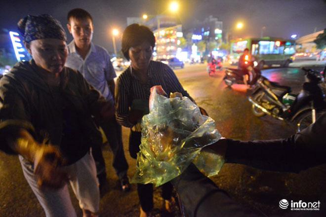Người Hà Nội đổ xô bắt cá dưới sông Tô Lịch sau cơn mưa lớn - 6