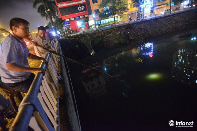 Người Hà Nội đổ xô bắt cá dưới sông Tô Lịch sau cơn mưa lớn - 7