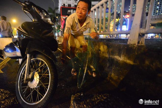 Người Hà Nội đổ xô bắt cá dưới sông Tô Lịch sau cơn mưa lớn - 8
