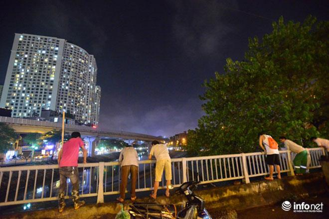 Người Hà Nội đổ xô bắt cá dưới sông Tô Lịch sau cơn mưa lớn - 9