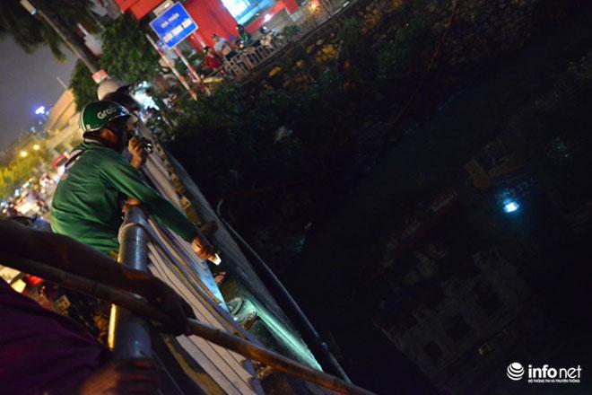 Người Hà Nội đổ xô bắt cá dưới sông Tô Lịch sau cơn mưa lớn - 2