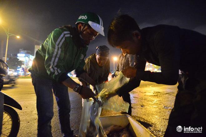 Người Hà Nội đổ xô bắt cá dưới sông Tô Lịch sau cơn mưa lớn - 5