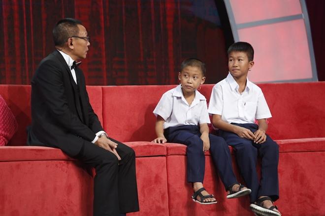 Món quà đặc biệt của MC Lại Văn Sâm tặng cho cậu bé nhà nghèo - 1