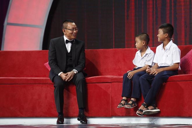 Món quà đặc biệt của MC Lại Văn Sâm tặng cho cậu bé nhà nghèo - 2