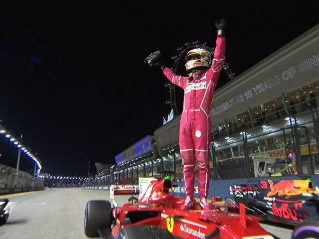 """Đua xe F1 - Phân hạng Singapore GP: """"Ngựa chiến"""" bất ngờ đánh bại """"Bò húc"""""""