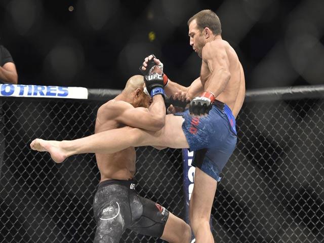 """UFC: Hot-boy lướt ván """"giã gạo"""", đối thủ tan tác xin hàng"""
