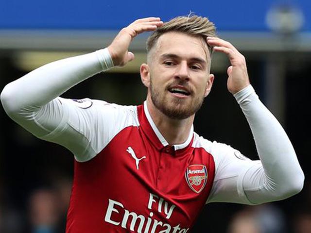 """Ramsey solo """"cày nát"""" hàng thủ Chelsea, Arsenal đen đủi mất siêu phẩm"""