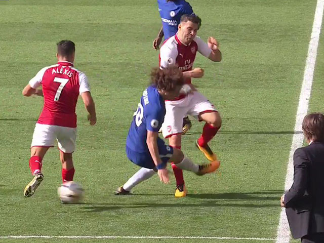 """""""Chặt chém"""" SAO 0 đồng của Arsenal, David Luiz lĩnh ngay thẻ đỏ"""