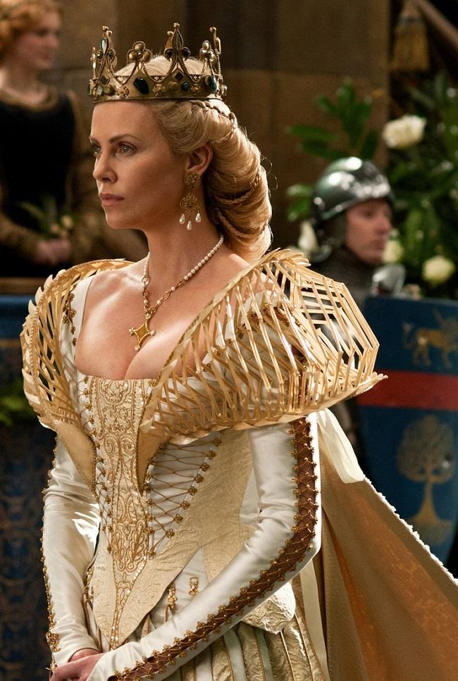 Không chỉ khoe gương mặt đẹp như tranh vẽ, nữ diễn viên còn có cơ hội khoe cơ thể cùng số đo  chuẩn không cần chỉnh  của mình trong những bộ cánh cổ điển mà không kém phần sexy.
