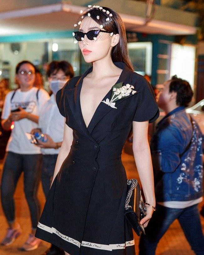 Tận dụng nước da trắng, Hoa hậu Việt Nam 2014 thường chọn những màu đen và đỏ để tôn lên làn da.