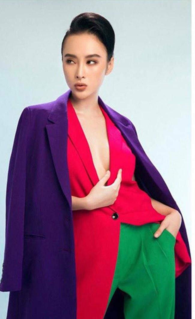 Angela Phương Trinh cũng không thể bỏ qua mốt áo nóng bỏng này. Nữ diễn viên có cách phối đồ đa dạng tạo nên cá tính cho người mặc.