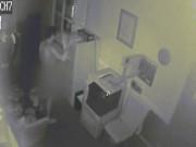 Xem camera giám sát, thấy trộm cởi trần làm điều kỳ quặc