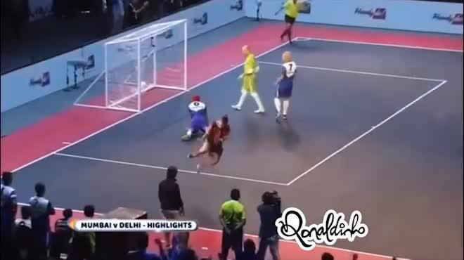 Ronaldinho ghi poker, suýt bị Giggs ngược dòng giải futsal