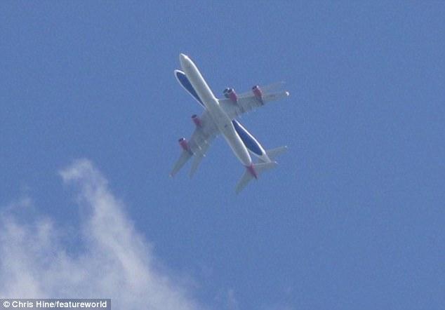"""Khoảnh khắc kì lạ 2 máy bay chở khách """"đè"""" nhau trên trời - 1"""