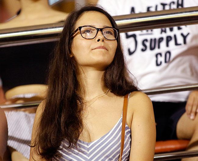 Fan nữ xinh đẹp hiếm hoi còn tình yêu với V-League - 7