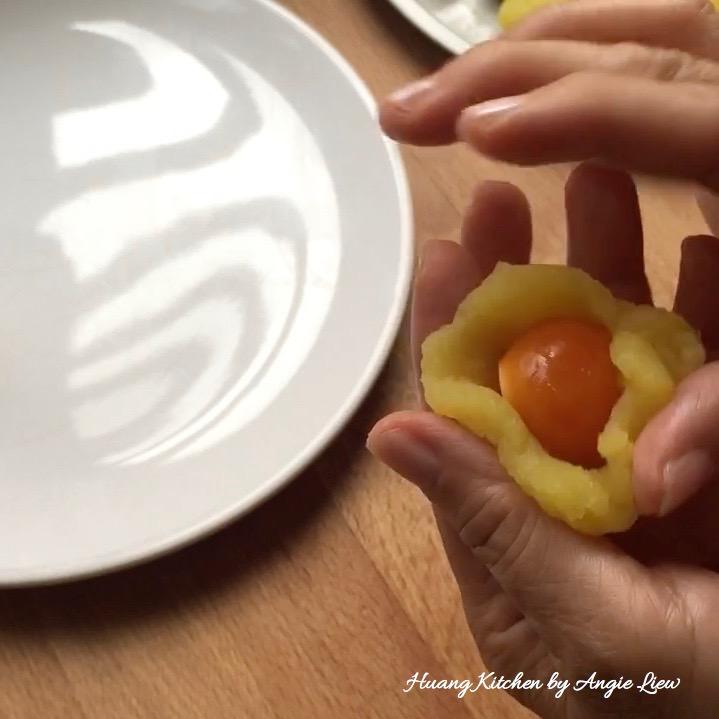 Đổi vị với bánh dẻo lá dứa trứng muối thơm mềm ngon tuyệt - 9