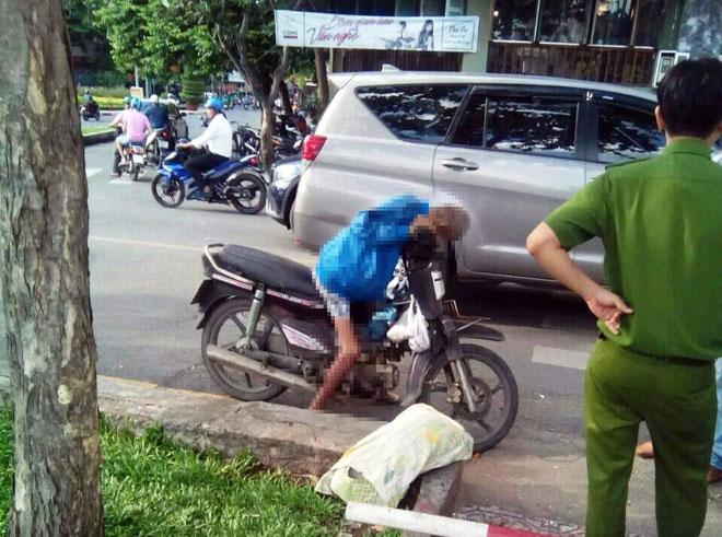 Người đàn ông gục chết trên xe máy ở Sài Gòn - 1