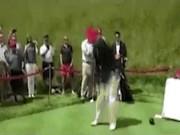"""Trump đăng """"video chế"""" tự đánh golf vào lưng Clinton"""