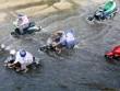 """Đường Sài Gòn thành sông, người dân """"bơi"""" trong ngày đầu tuần"""