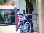 """Bom tấn"" 105 triệu euro ngồi xe lăn: Triệu fan Barcelona run rẩy"