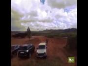 Trực thăng chiến đấu Nga cướp cò, bắn rocket vào khán giả?