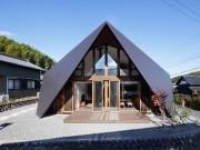 """Kì lạ căn nhà có kiến trúc mái """"rủ"""" xuống sàn ở Nhật Bản"""
