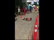 """Chạy marathon gần đến đích thì bị ngã, cô gái dùng cách """"độc"""" về đích"""