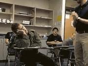 """Tình huống """"khó tin"""" xảy ra trong lớp học """"bão táp"""""""