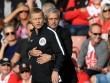 """MU: Mourinho ăn thẻ đỏ tức tưởi vì... """"âu yếm"""" trọng tài"""