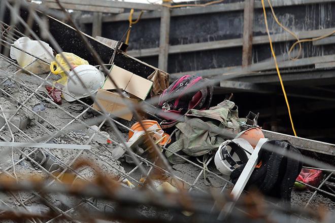 Ngổn ngang mũ bảo hộ, quần áo công nhân tại hiện trường vụ sập trường mầm non - 8