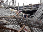 Ngổn ngang mũ bảo hộ, quần áo công nhân tại hiện trường vụ sập trường mầm non