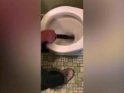 Thông toilet tắc, lôi ra con vật kinh dị dài như người
