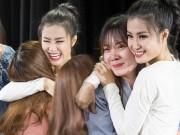 Fan nữ oà khóc khi gặp Đông Nhi tại Hàn Quốc