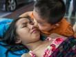 Bố mẹ bỏ đi, cậu bé 7 tuổi chăm sóc chị trên giường bệnh