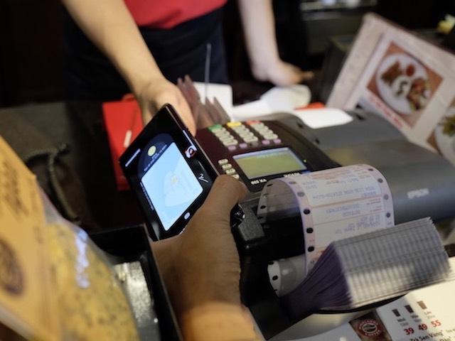 """Công nghệ """"quẹt"""" smartphone sẽ """"lay động"""" thói quen dùng tiền mặt?"""