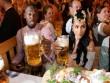 """Tay chơi U.Bolt """"đắm mình"""" trong hội bia bên bạn gái quyến rũ"""