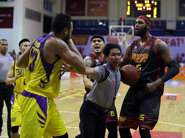 """Derby bóng rổ Sài Gòn """"tóe lửa"""": Cầu thủ ngoại đấm nhau trên sân"""